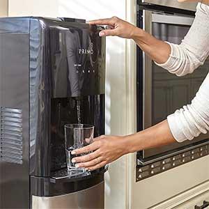 Machine dispensing water in a transparent glass